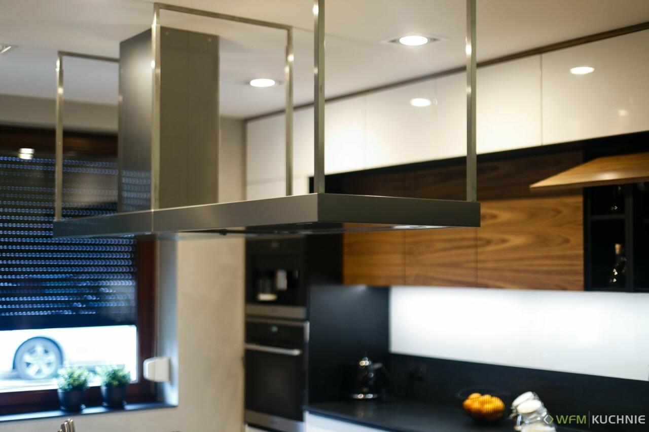Nowoczesna kuchnia na wymiar WFM CALMA biały połysk P101 - PIANO III orzech z nabijanymi, czarnymi uchwytami krawędziowymi - Meble kuchenne - WFM KUCHNIE Kraków