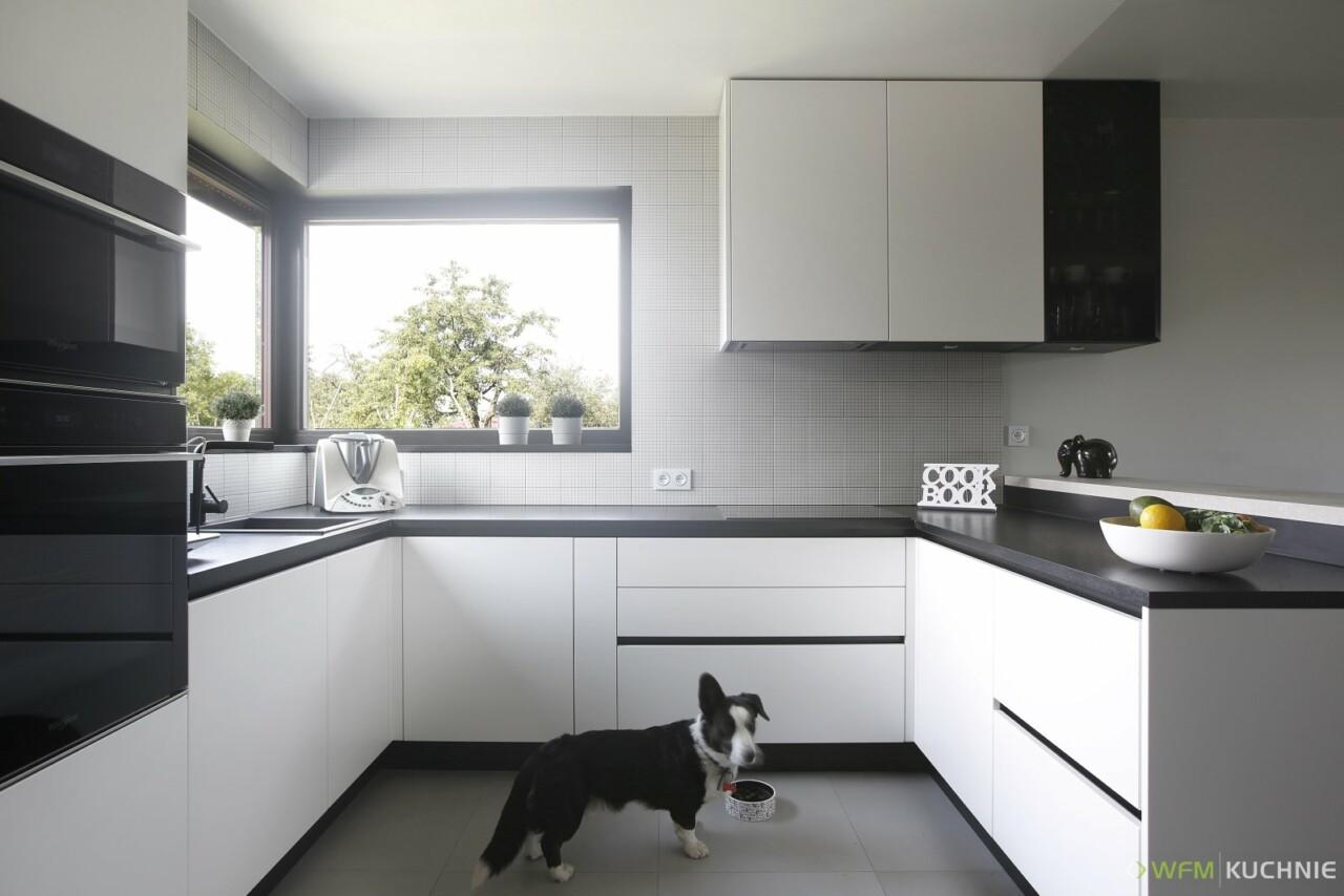 Nowoczesna kuchnia na wymiar WFM CALMA biały mat M101 w systemie bezuchwytowym z witryną anodowaną czarną - Meble do kuchni - WFM KUCHNIE Kraków