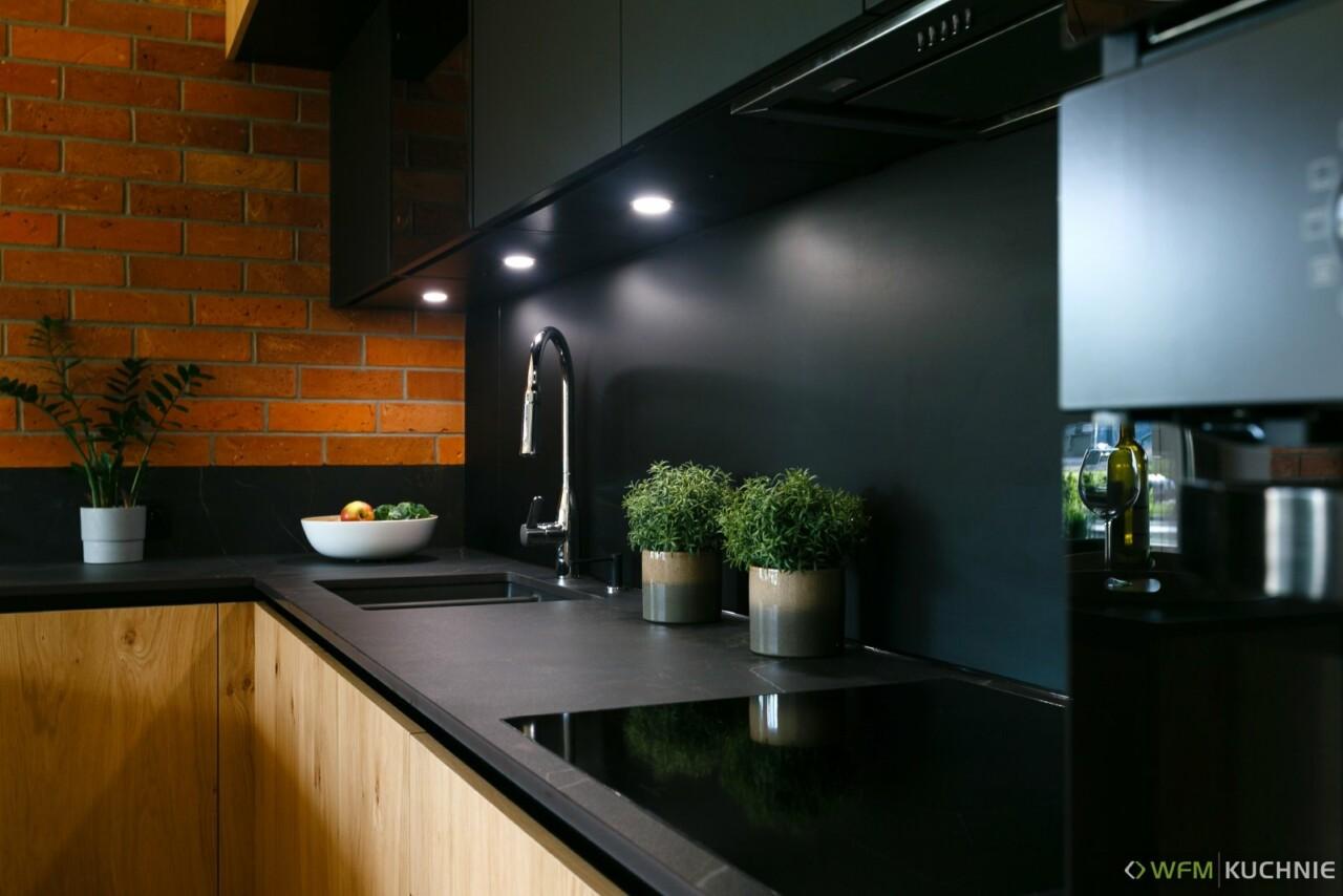 Nowoczesna kuchnia na wymiar WFM PIANO II dąb jasny sękaty | RASO czarny P76F w stylu loftowym otwarta na salon z funkcjonalnym półwyspem - WFM KUCHNIE Kraków