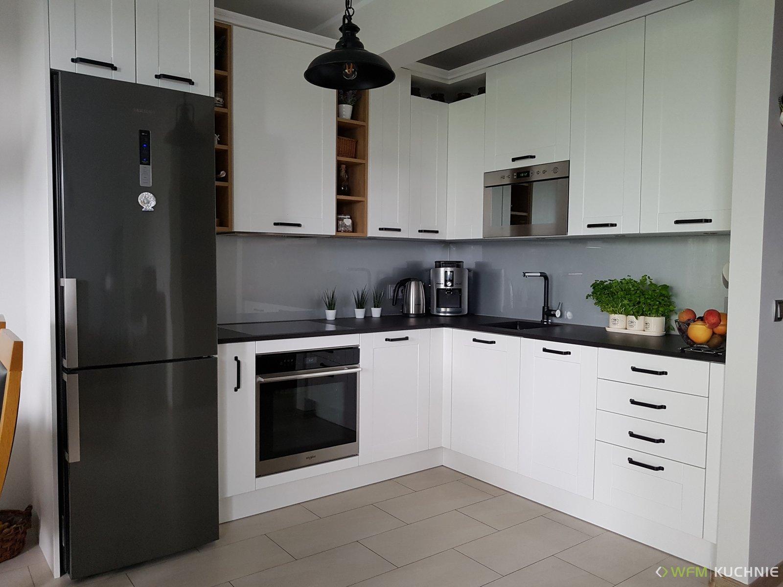 Klasyczna kuchnia na wymiar WFM FLORINA II biały mat w wysokiej zabudowie z akcentami drewnopodobnymi w kolorze hikora naturalna - WFM KUCHNIE Kraków
