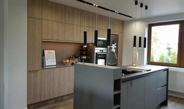 Nowoczesna kuchnia na wymiar WFM PUNTO Dąb Gladstone piaskowy P92F w systemie bezuchwytowym z wyspą kuchenną - WFM KUCHNIE Kraków