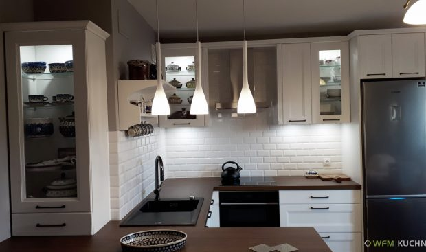 Klasyczna kuchnia na wymiar WFM VILLA II biały mat M101 z blatem z laminatu ORZECH SELEKT CIEPŁY 136 - Meble kuchenne - WFM KUCHNIE Kraków
