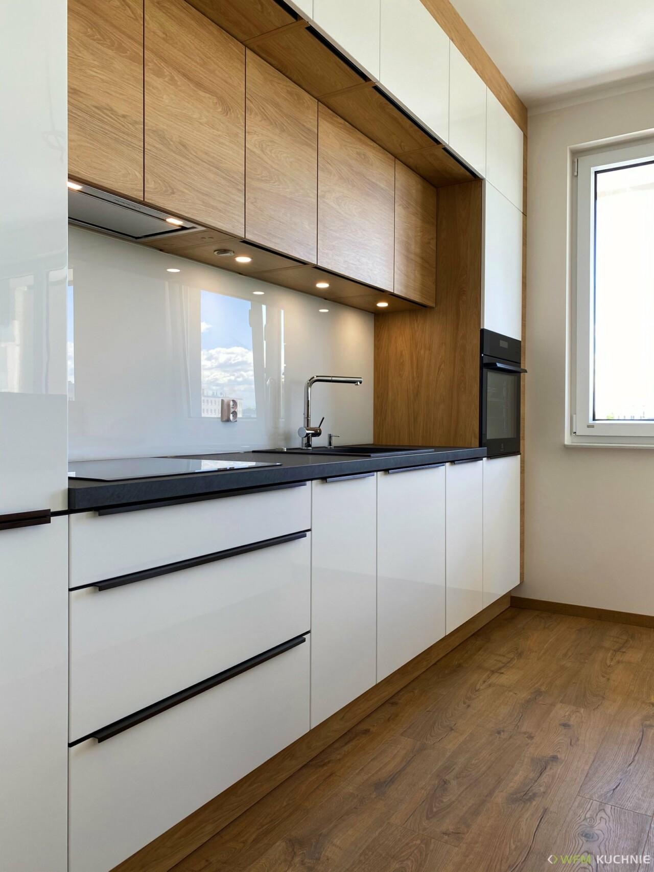 Nowoczesna kuchnia na wymiar z wyspą WFM CALMA biały połysk P101 - Dąb Hikora P112F - Meble kuchenne - WFM KUCHNIE Kraków