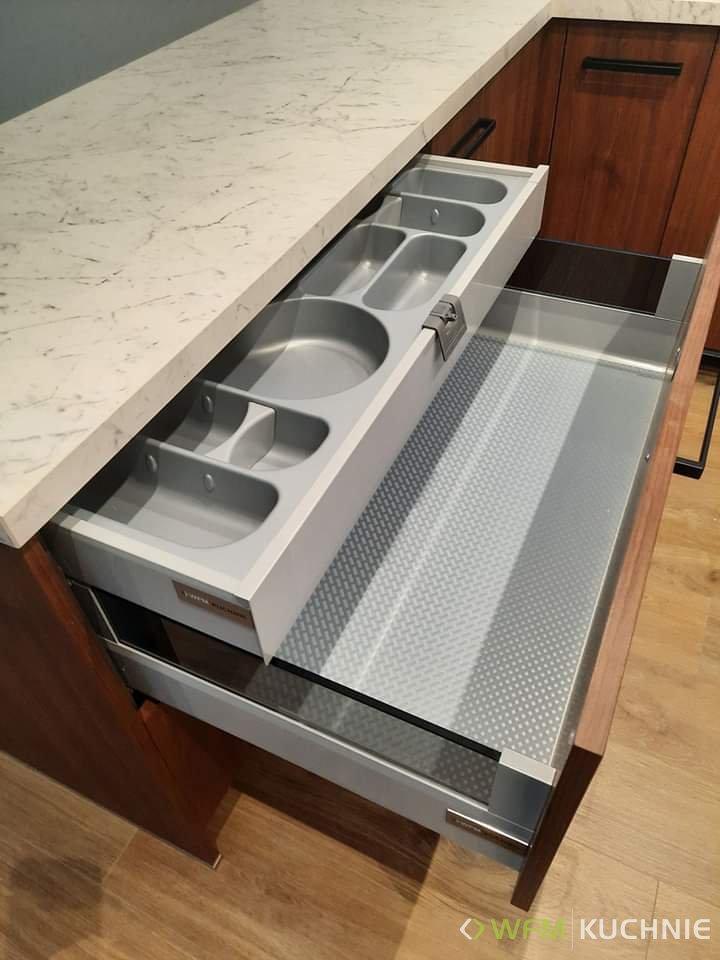 Nowoczesne meble kuchenne na wymiar WFM PUNTO orzech select ciepły P116F - CALMA biały mat M101 - WFM KUCHNIE Kraków