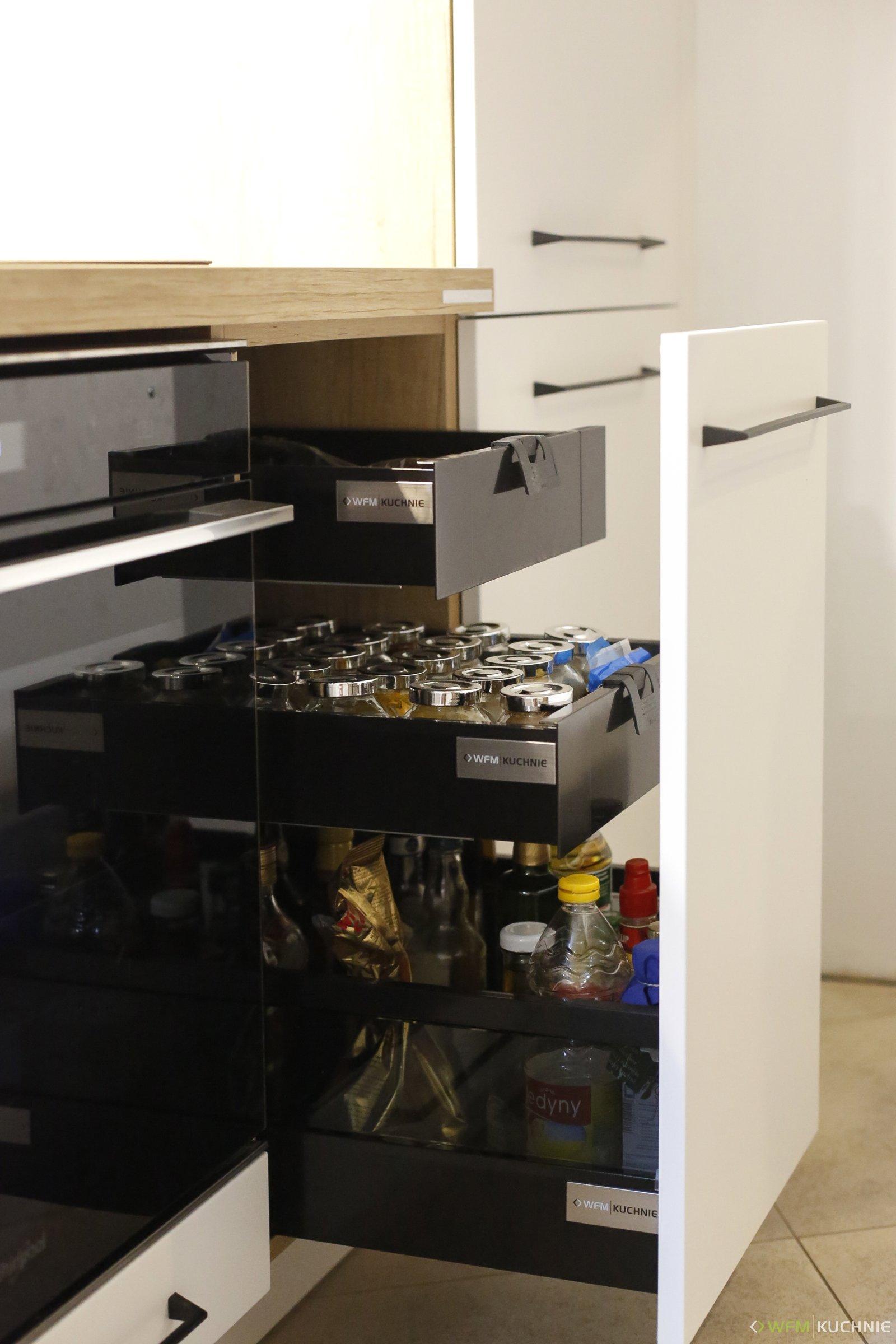 Kuchnia na wymiar WFM CALMA biały mat M101 połączona z RASO szary mat P97F oraz dębem nebraska z tradycyjnymi, czarnymi uchwytami i białym lacobelem - WFM KUCHNIE Kraków