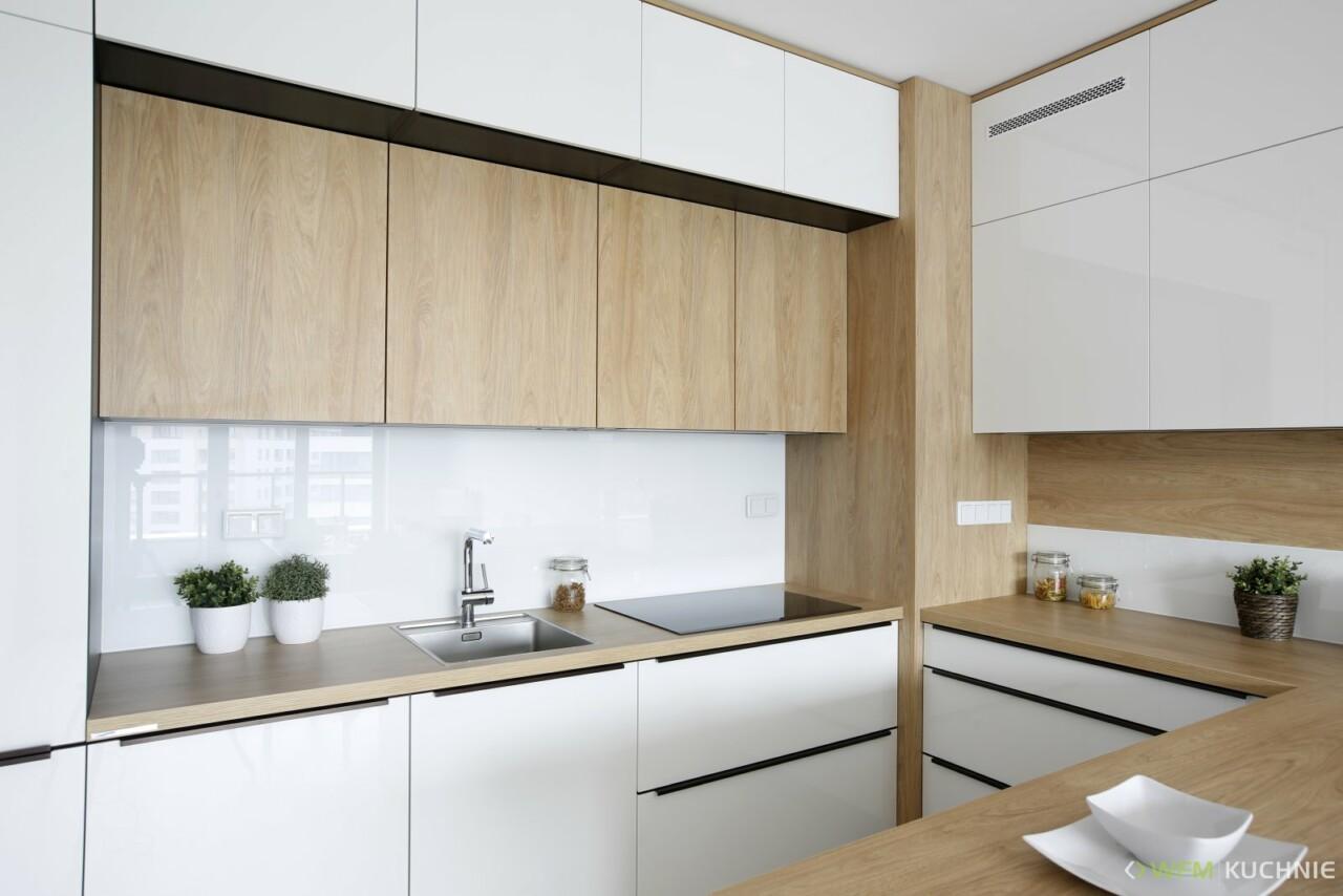 Otwarta nowoczesna kuchnia w wysokiej zabudowie z półwyspem kuchennym WFM RIFFLESSO biały 1298 - Meble kuchenne - WFM KUCHNIE Kraków