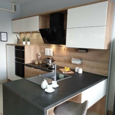 Wyprzedaż mebli kuchennych z ekspozycji - Fabryczne meble kuchenne z frontami CALMA biały lakier w połysku i frontami laminowanymi dąb NEBRASKA oraz laminowanym blatem popiel ciemny