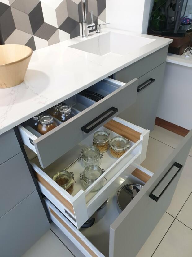Wyprzedaż mebli kuchennych z ekspozycji - Fabryczne meble kuchenne WFM PIANO fornir jasny dąb z RASO lakier szary mat