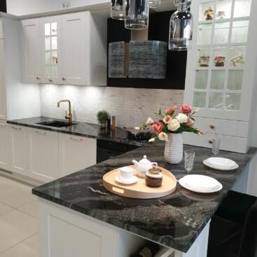 Wyprzedaż mebli kuchennych z ekspozycji - Fabryczne meble kuchenne z klasycznymi frontami ROCCA mdf biały lakier mat oraz blatem z granitu 3cm w kolorze Black Canyon