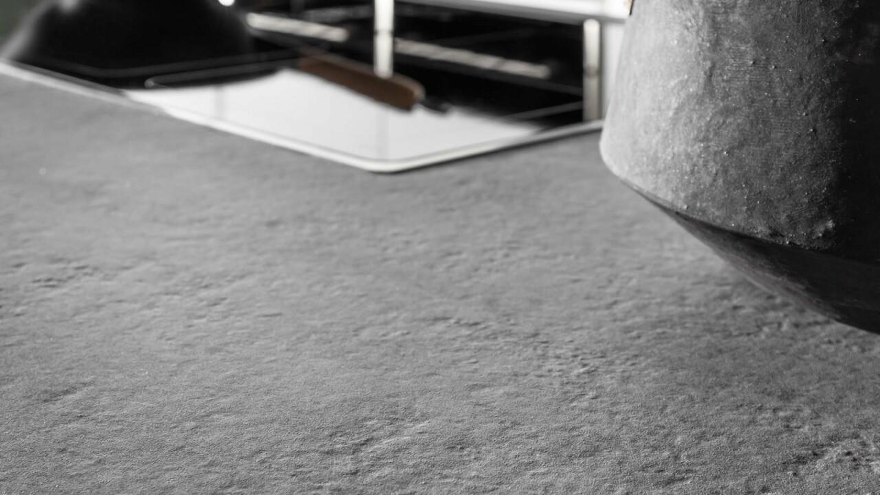 Nowoczesne kuchnie na wymiar ATLAS OKTAWIA lakier biały mat, okleina naturalna orzech amerykański, Penelopa - beton ares - Meble kuchenne Kraków i okolice - FM KUCHNIE Kraków