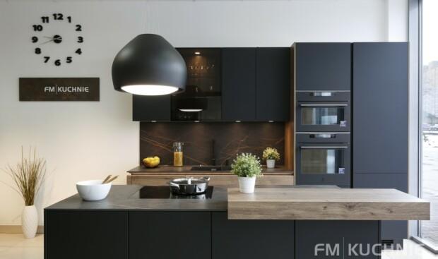 Czarna kuchnia Nobilia Easytouch 961 czarny grafitowy matowy - Structura 402 dąb Hawana z wyspą kuchenną, systemem bezuchwytowym oraz powłoką antypalcową -1- FM KUCHNIE Kraków