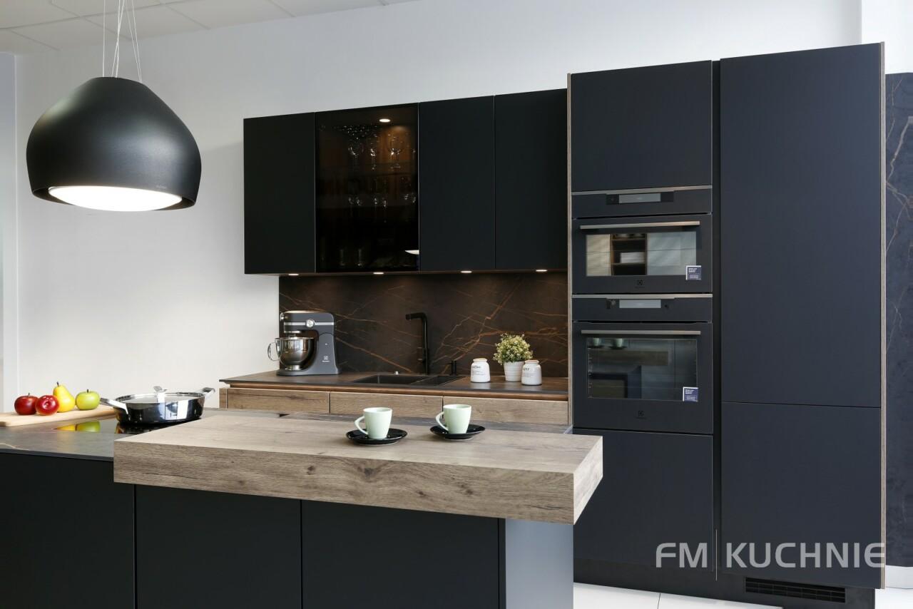 Czarne meble kuchenne Nobilia Easytouch 961 czarny grafitowy matowy - Structura 402 dąb Hawana z wyspą kuchenną, systemem bezuchwytowym oraz powłoką antypalcową -2- FM KUCHNIE Kraków