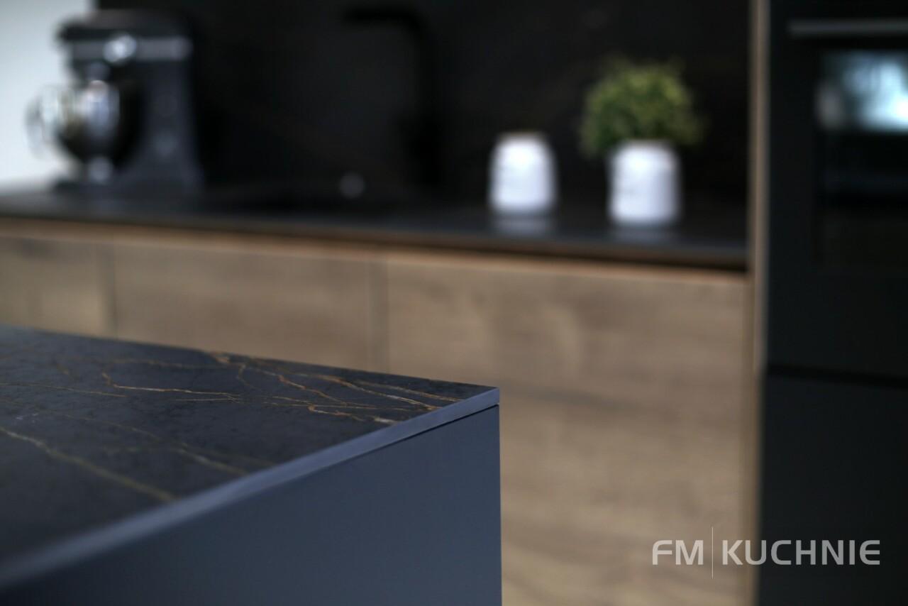 Kuchnia z czarnymi frontami Nobilia Easytouch 961 grafitowy czarny - Structura 402 dąb Hawana z wyspą kuchenną, systemem bezuchwytowym oraz powłoką antypalcową -8- FM KUCHNIE Kraków
