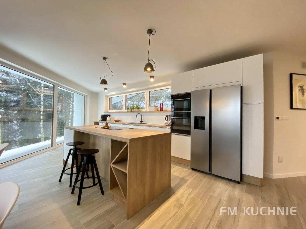 Meble kuchenne na wymiar WFM Calma M101 z frontem lakierowanym na mat, płyta mdf kolor biały ze stalowymi uchwytami krawędziowymi -1- FM KUCHNIE Kraków