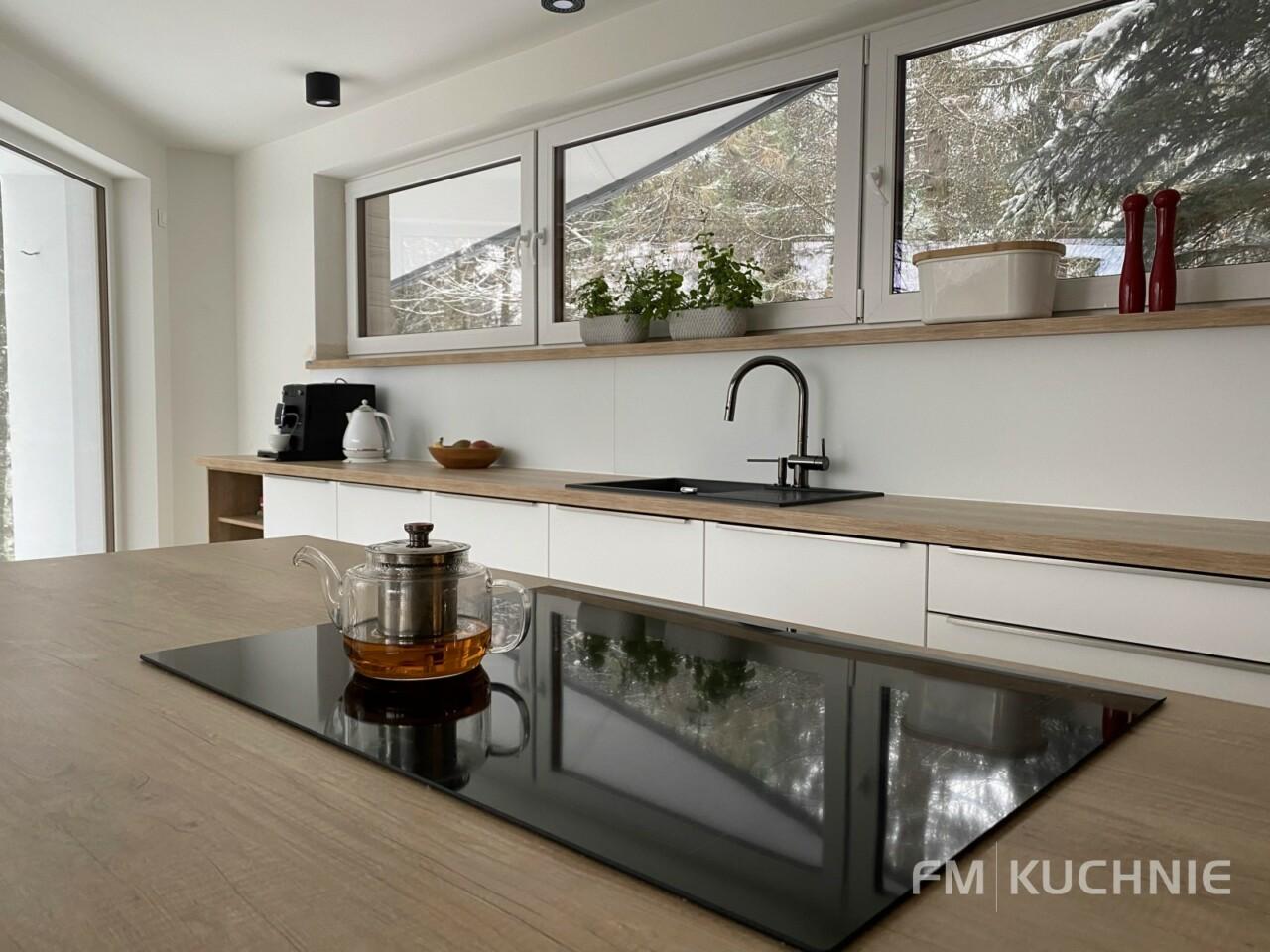 Meble kuchenne na wymiar WFM Calma M101 z frontem lakierowanym na mat, płyta mdf kolor biały ze stalowymi uchwytami krawędziowymi -4- FM KUCHNIE Kraków