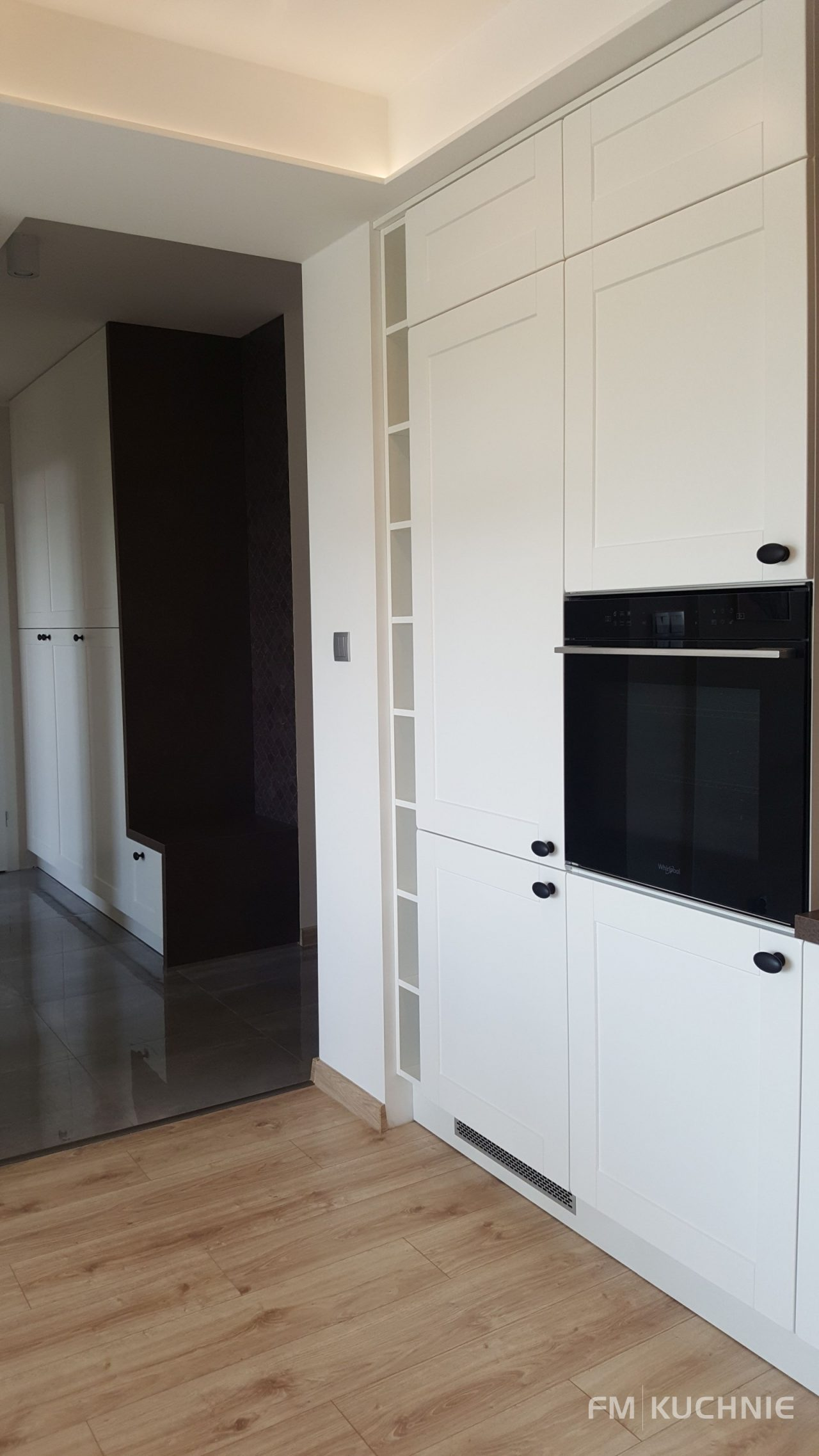 Meble kuchenne na wymiar w mieszkaniu pokazowym dewelopera - Kuchnia WFM Rocca z białym frontem lakierowanym na mat -3- FM KUCHNIE Kraków