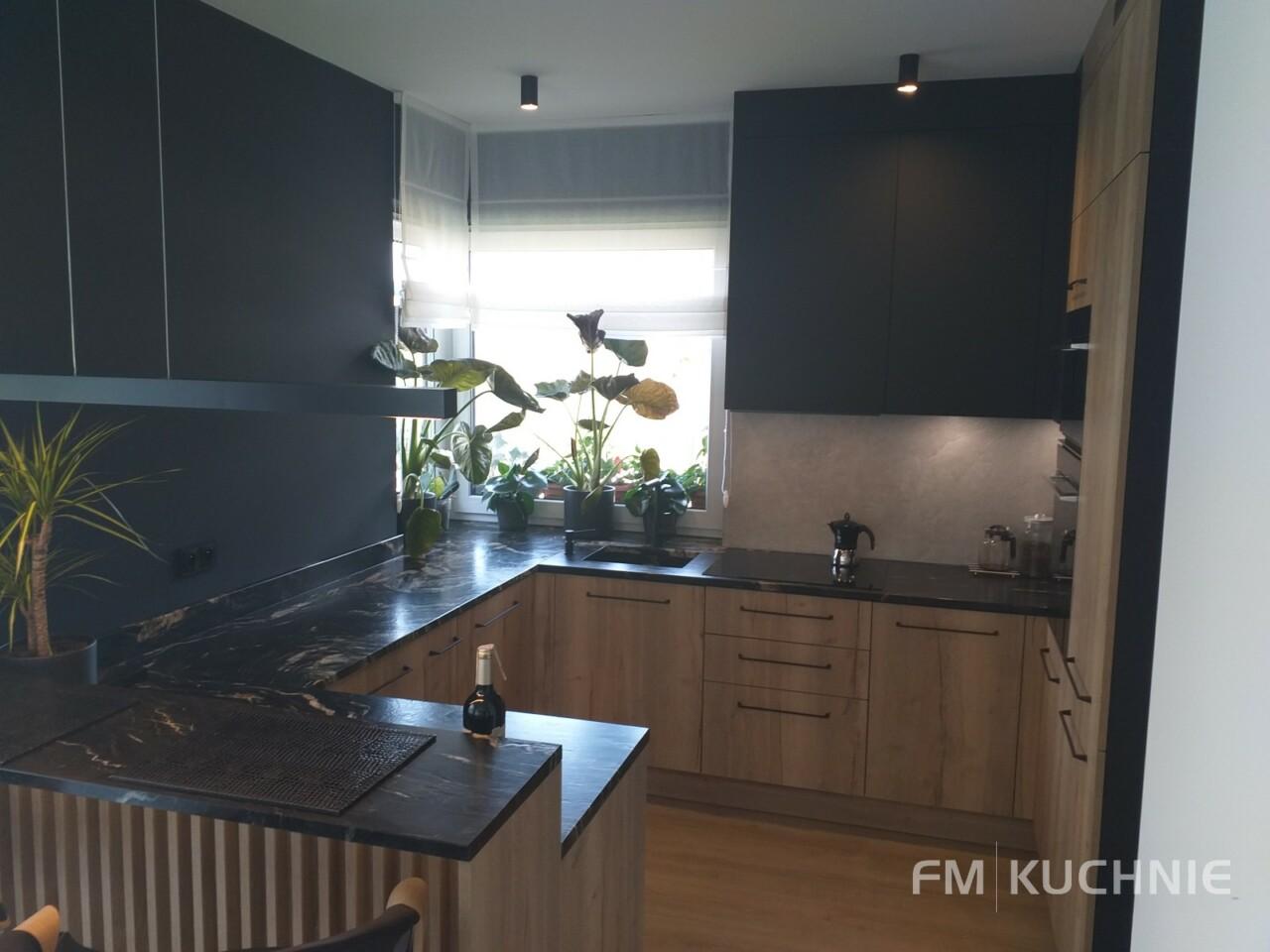 Kuchnia na wymiar WFM Punto dąb halifax P79F w połączeniu z Raso czarny mat P76F z tradycyjnymi uchwytami - Meble kuchenne Kraków -1- FM KUCHNIE Kraków