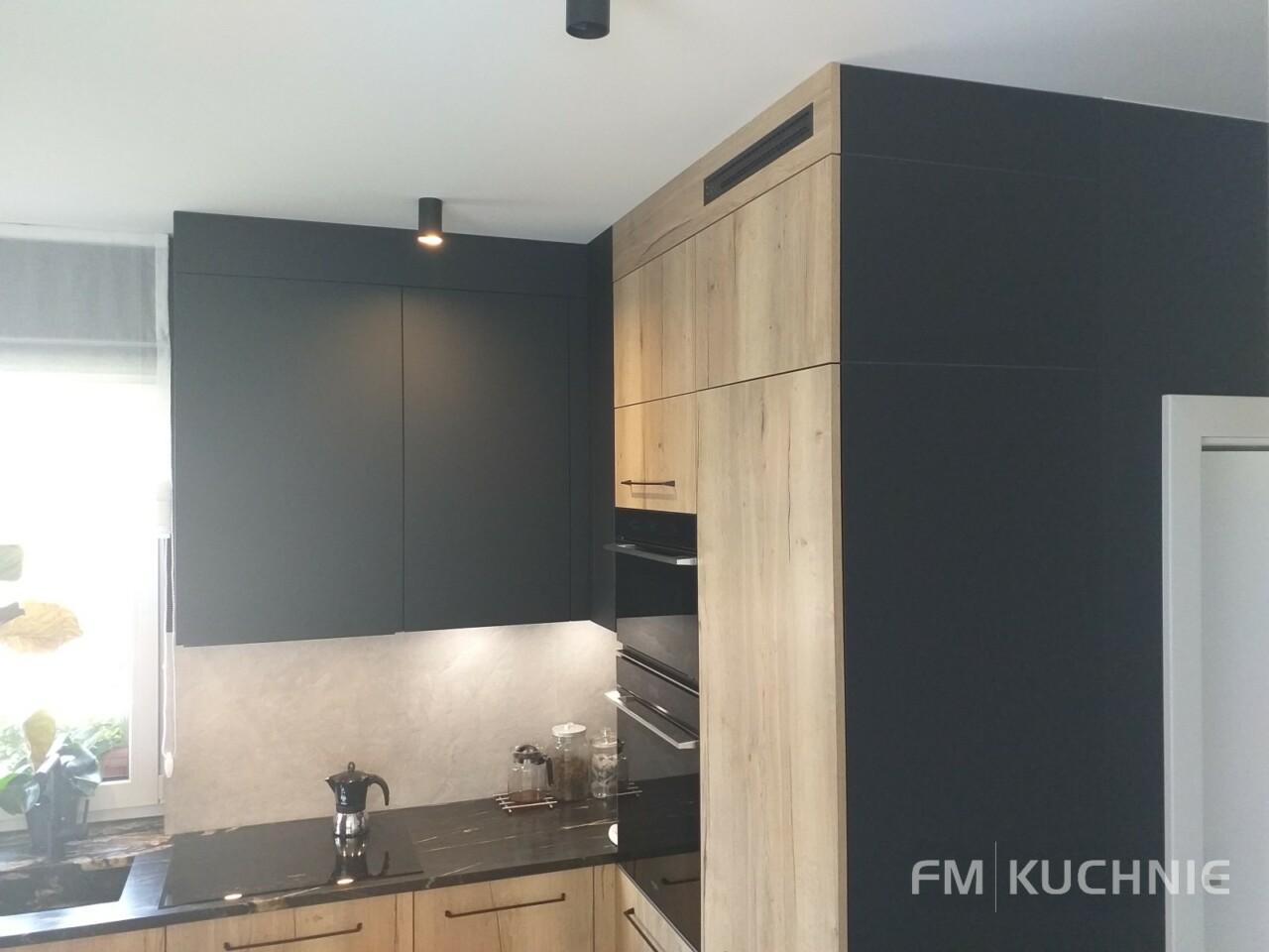 Kuchnia na wymiar WFM Punto dąb halifax P79F w połączeniu z Raso czarny mat P76F z tradycyjnymi uchwytami - Meble kuchenne Kraków -7- FM KUCHNIE Kraków