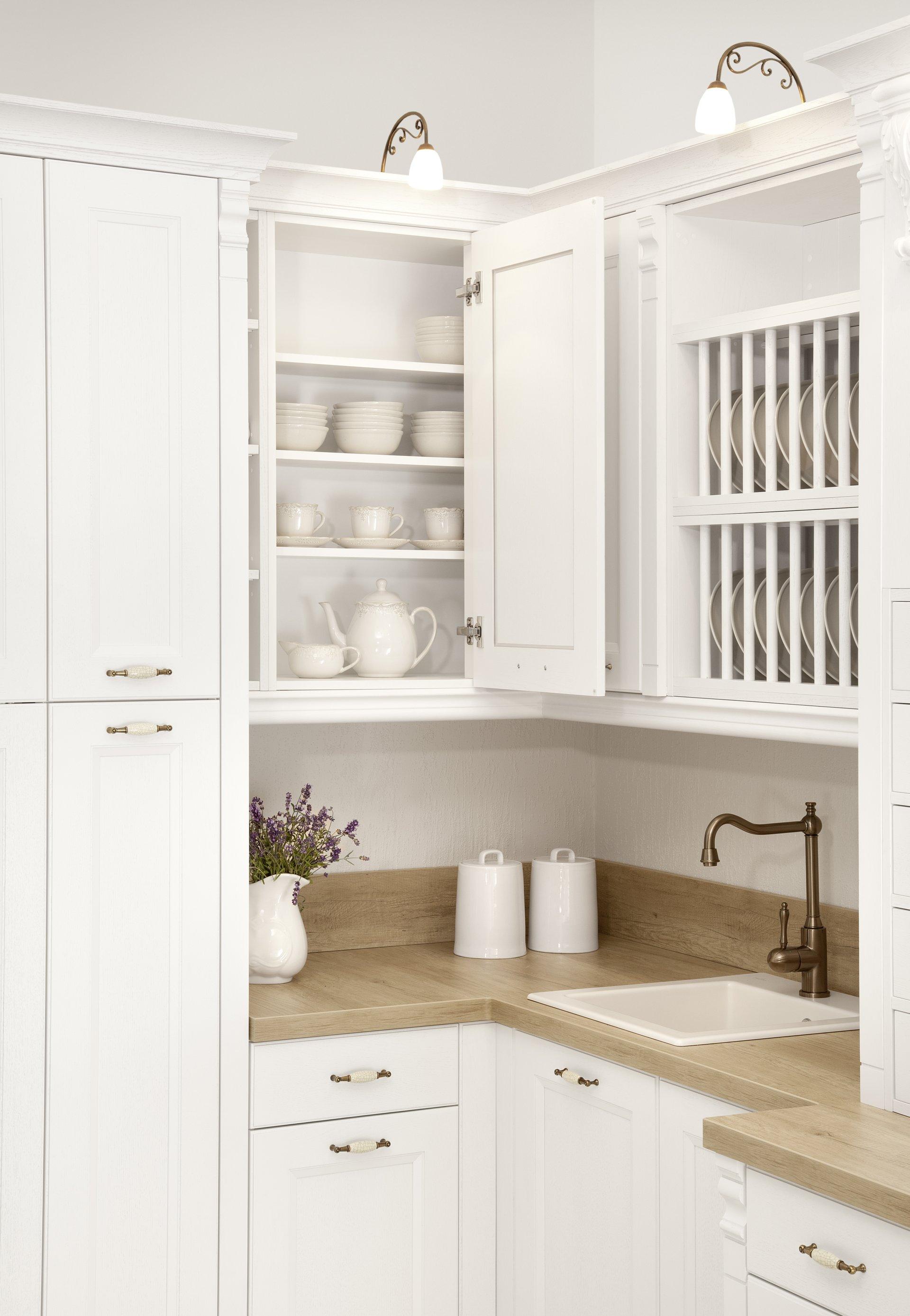 Kuchnia klasyczna VILLA II dąb biały nawiązuje do barokowej stylistyki pełnej gustownych ozdób i dodatków, za fasadą ukrywając funkcjonalne wyposażenie kuchenne - WFM KUCHNIE Kraków